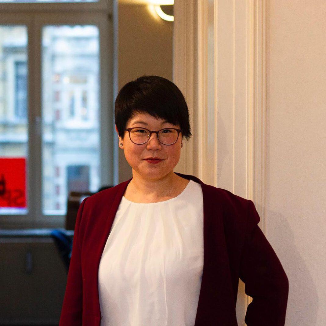 SPD-Politikerin steht in einem Raum